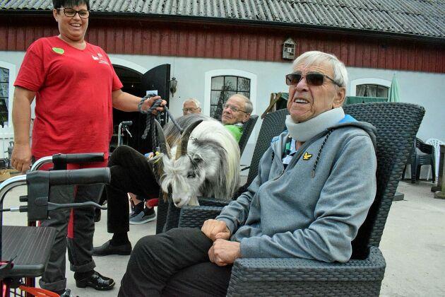 Camilla Johnsson tog geten Sune i koppel så Åke Bengtsson fick chansen att säga hej.