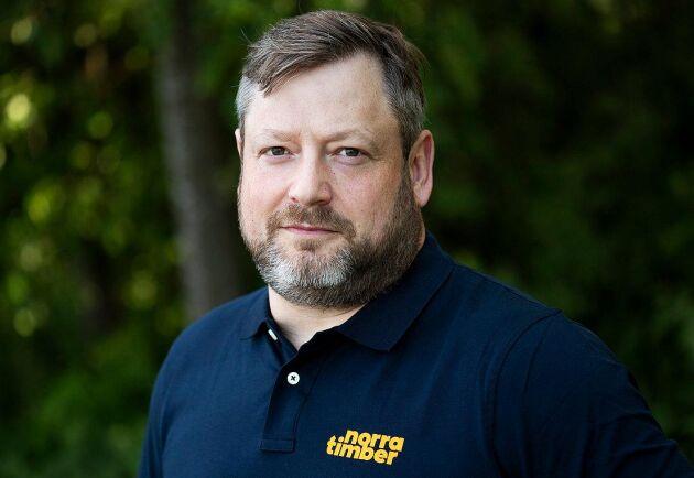 """""""Nu fortsätter vi att satsa och beräknar att öka både produktion och försäljning under 2021. Vår målsättning är att vara den ledande leverantören av vidareförädlade trävaror i Norra Sverige"""", säger Henrik Jönsson."""
