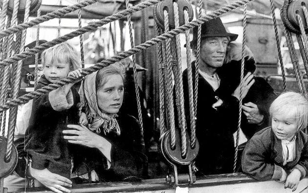 Fattigdomen förde till slut Vilhelm Mobergs Kristina över Atlanten till Amerika. Ur filmen Utvandrarna från 1971 med Liv Ullmann och Max von Sydow i huvudrollerna.