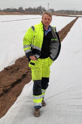 Daniel Hjalmarsson täckte sina potatisodlingar direkt efter sättningen i början på mars.