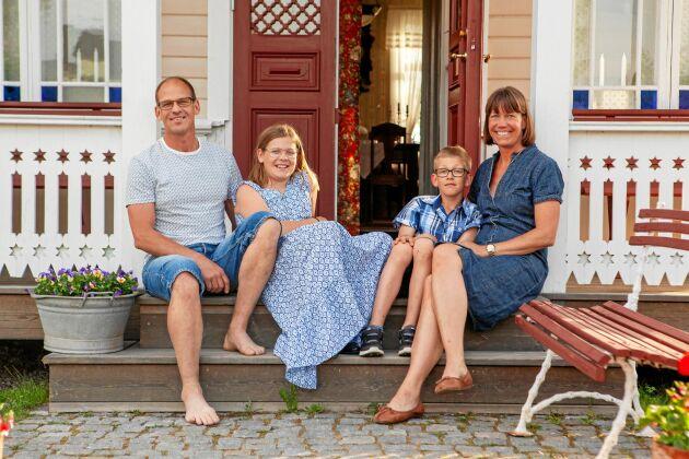 Hela familjen Nordling, såväl barnen Alva och Albin som föräldrarna Henrik och Sara, älskar sitt kråkslott i Söråker.