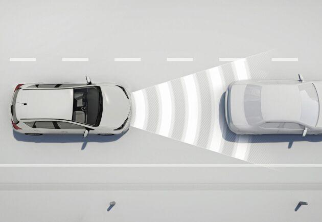 Farthållaren känner avståndet till bilen som ligger framför.