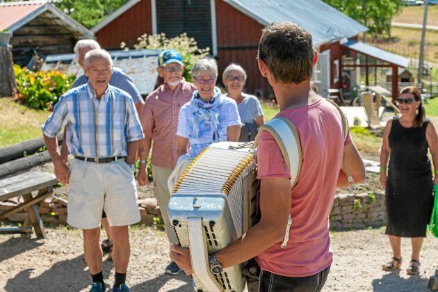 Speleman. Pappa Mikael med sitt dragspel, står för underhållningen till det födelsedagskalas gården ordnat.