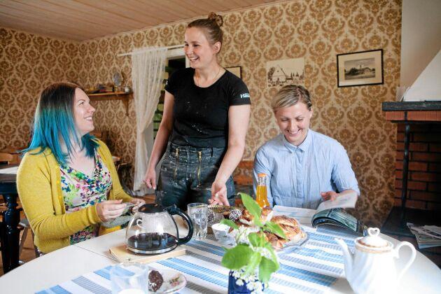 Sara har inrett sitt gårdskafé med loppisfynd och arvegods. Här småpratar hon med gästerna Sara Kalucza och Sandra Kronberg.