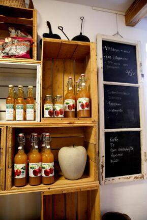 Must, mos och chutney av gårdens äpplen säljs i butiken.