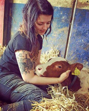 Jonna Jakobsson jobbar på mjölkgård och har två tatueringar; en traktor och en mjölkko.