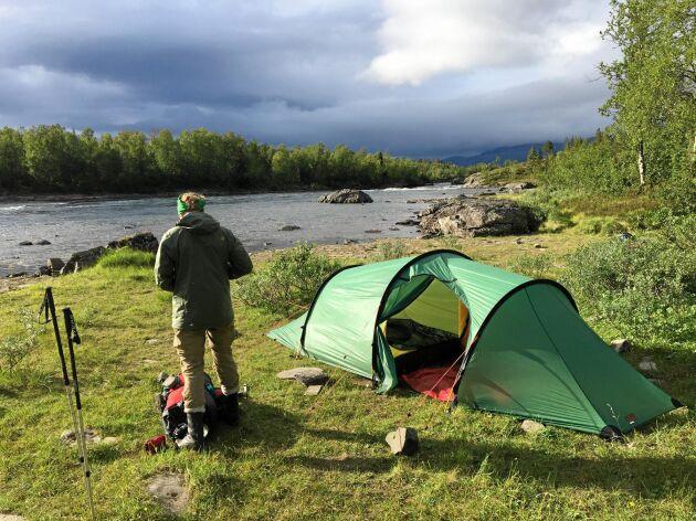 Regnmolnen drar in över Piteälven övre flöde. Men tältet är redan rest, så det är bara att ta skydd när regnet brakar loss.