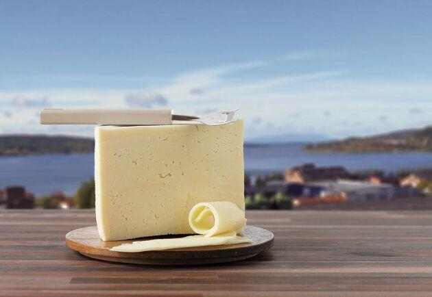 Arla får ofta kritik för den danska hushållsost som de importerar. Men Arla säger att fettet i deras svenska mjölk behövs till mer lönsamma produkter.