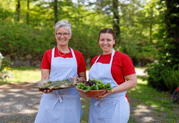 Gunnel Carlsson och Susanne Thorsson i halländska Hakestad lagar läcker mat av råvaror som produceras runt knuten.