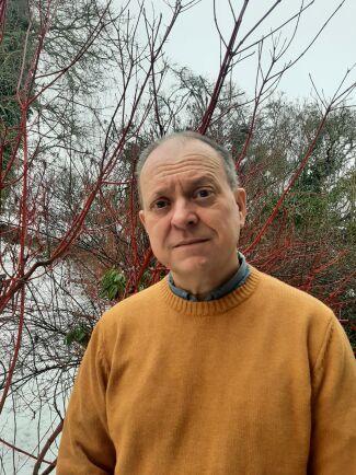 """""""Att byta till rovdjursavvisande stängsel skulle bli kostsamt och kräva mycket arbete"""" säger Lars Brorsson."""
