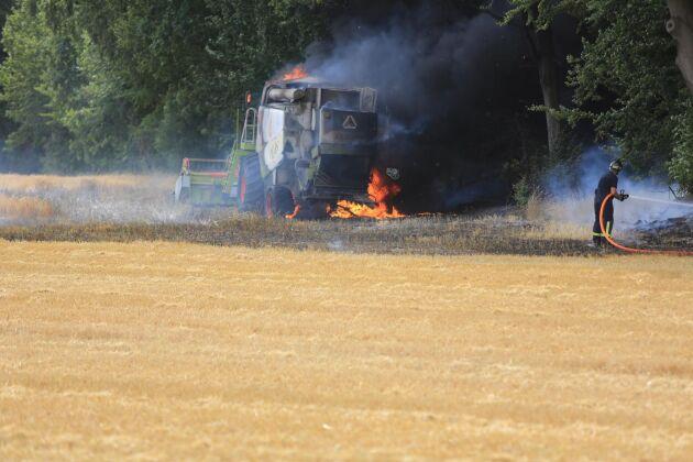 En skördetröska i brand.