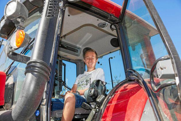 Övningskör. 13-årige sonen Joakim lär sig köra traktor på gården.