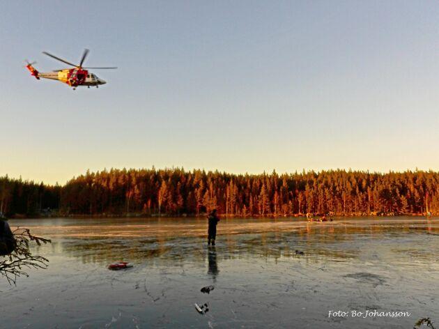 En skridskoåkare i ett annat sällskap fotograferade helikoptern som tog de nödställda till sjukhus. (Bilden är tagen vid olyckstillfället.)