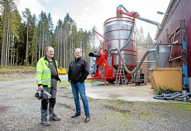Lantbrukaren Nils Gunnar Mattsson och Lantmännens regionchef Hans Westbom vid den mobila torken som står uppställd på Nils Gunnar Mattssons gård i Degerberga i Västerbotten.