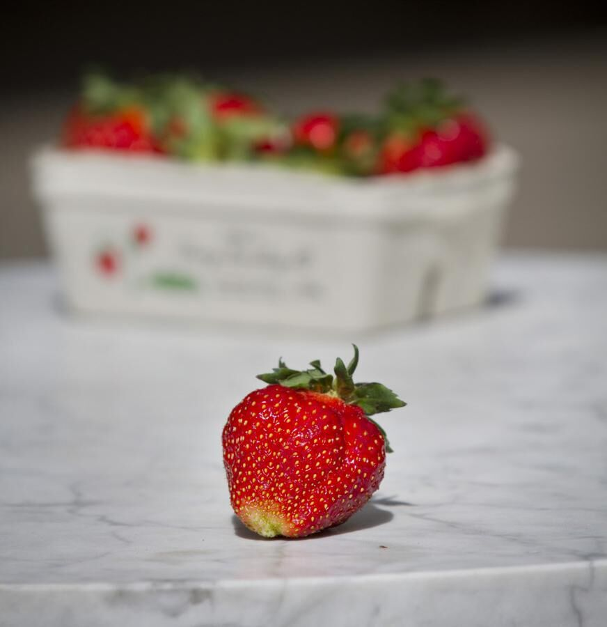 Svenskarnas favoritbär, jordgubben, i egen hög person.