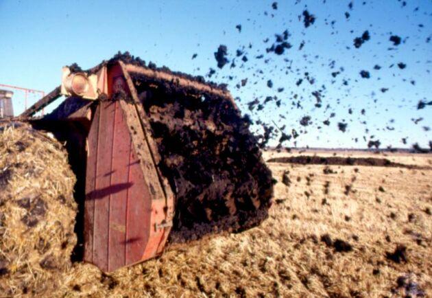 Regeringen tillsatte 2018 en utredning om hur slamspridning på åker ska kunna förbjudas, men det slutliga beskedet dröjer.