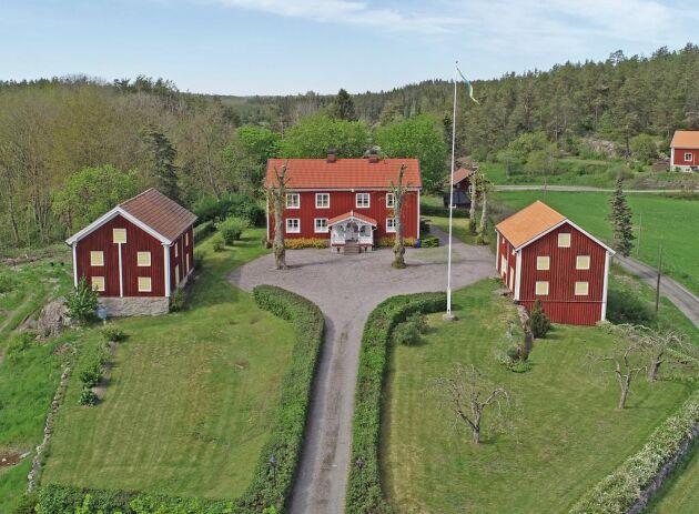 I Målma gårds 878,2 hektar ingår, förutom skog och åkermark, även vattenområden i Östersjön.