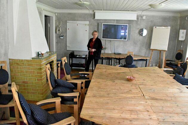 Konferensrummet blandar modern teknik med möbler som är byggda av gamla saker.
