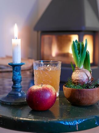 En äppelglögg framför braskaminen är gott och avkopplande.