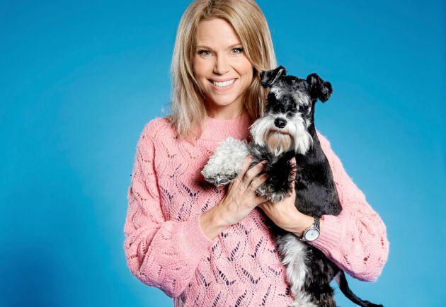 Sofia Rågenklint med sin dvärgschnauzer Roxie, som är studiohund i nya SVT-serien Fråga veterinären.