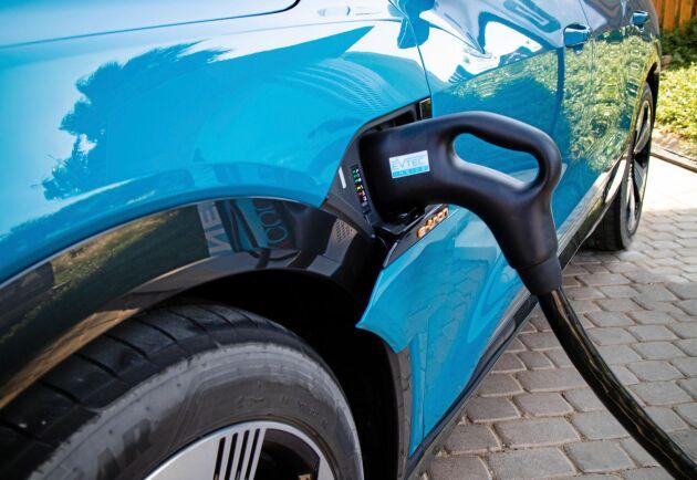 Bilen har snabbladdning upp till 80 procent på 30 minuter vid en 150 kw-laddstation, långsam laddning på 11 kW 3-fas hemma tar 8,5 timmar.