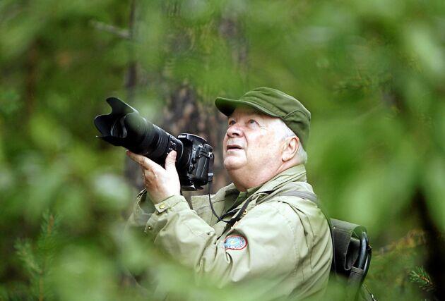 """Naturfotografen Göran Ekström på jakt med sin kamera i storskogen. """"Det är roligare att jaga med kameran istället för den vanliga jakten"""", säger han."""