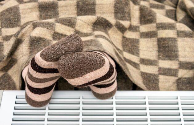 Raggsockor och filtar. Det är vad många kvinnor försöker värma sig med när männen får bestämma temperaturen hemma.