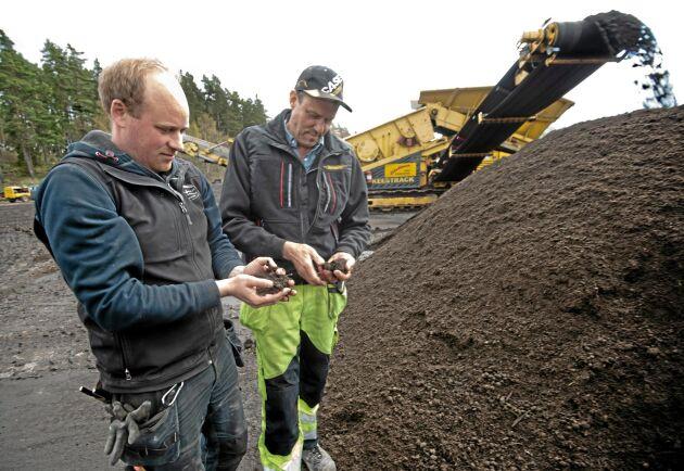 Jonas Andersson och Håkan Eriksson kontrollerar återvunnet material för tillverkningen av jord.