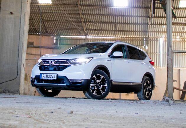 Honda CR-V får plus för tekniken och komforten men minus för den låga dragvikten.