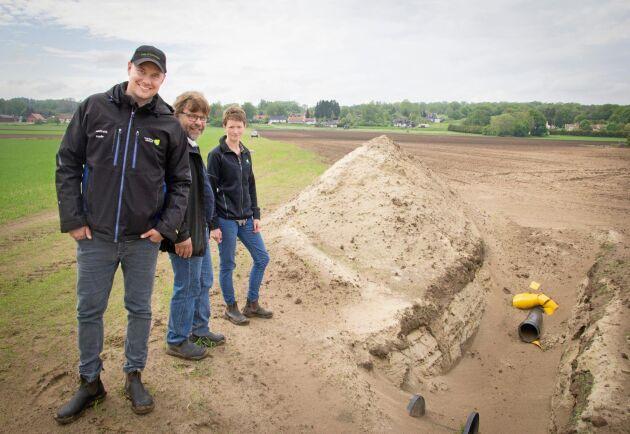 Kristoffer Gustafsson, Stefan Lundmark och Ida Lindell hoppas att forskare och lantbrukare ska komma till Helgegården för att lära sig mer om bevattningsfrågor.