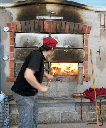 Vedugnen är Karins stolthet. Inte många bagerier har en sådan och gräddningen i den ger brödet en krispig skorpa.