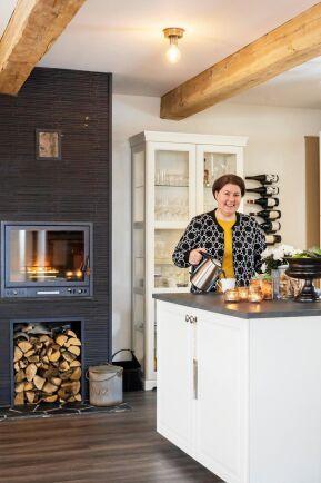 Köket är vackert och praktiskt med stor köksö och modern vedspis som värmekälla.