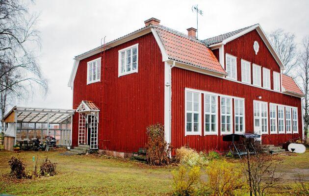 Mosters och mormors gamla skolhus i Älvkarhed är perfekt för Sara-Vide och hennes man Bo Christian.också konstnär. I skolsalen med sina stora fönster har de varsin ateljé.