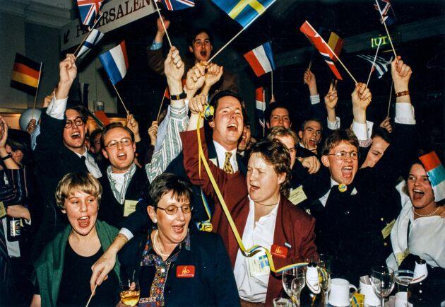 Anhängare till Ja-sidan jublar vid valvakan på Norra Latin i Stockholm 13:e november 1994 i samband med den svenska folkomröstningen om Sveriges medlemskap till den Europeiska Unionen. Svenska folket röstade ja till medlemskap i EU med 52,3 procent mot nej-sidans 46,8 procent.