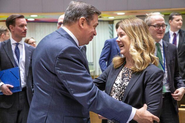 """Spaniens jordbruksminister Luis Planas Pochades var en av de kollegor som hälsade på landsbygdsminister Jennie Nilsson (S) innan hon gjorde sin debut i EU:s jordbruksministerråd. """"Jag blev väldigt varmt välkomnad, det är en trevlig församling att vara i."""""""