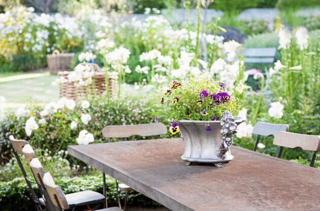 Rustikt matbord med plats för många.