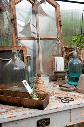 Ett skrivbord i Lilla Växthaket är en trivsam plats att sitta och skriva etiketter, till frösådder – men kan också användas som arbetsplats för annat.