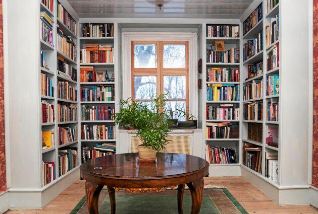 Efter. Så här fint och gedigna ser de platsbyggda bokhyllorna ut när de målats med linoljefärg och fyllts med böcker.