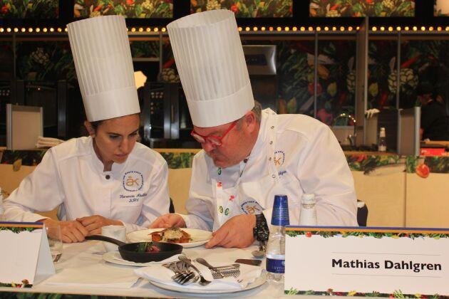 Jurymedlemmarna Mathias Dahlgren och Florencia Abella synade nyfiket Martin Moses vinnande potatisrätt.