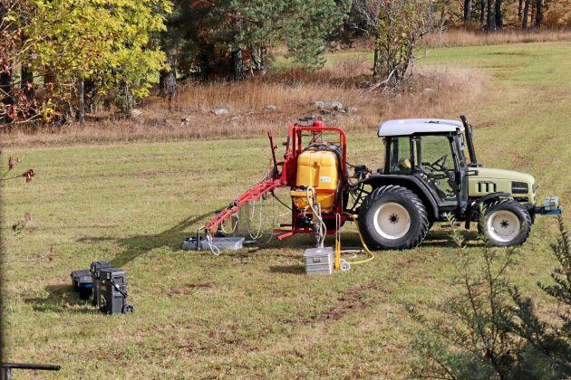Holger Andersson valde att testa sprutan på en gräsvall. De svarta lådorna innehåller reservdelar.