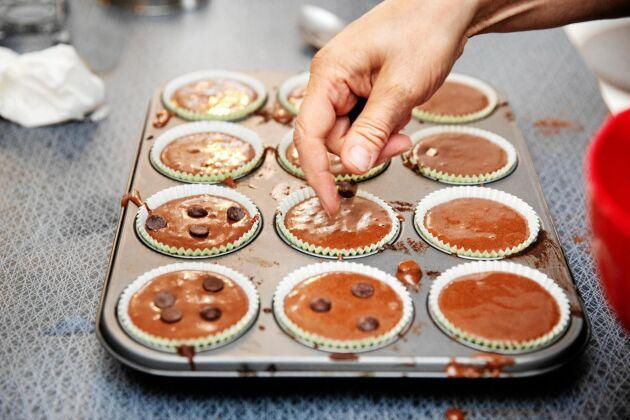 Muffins snart klara för gräddning i torpkökets vanliga hushållsugn.