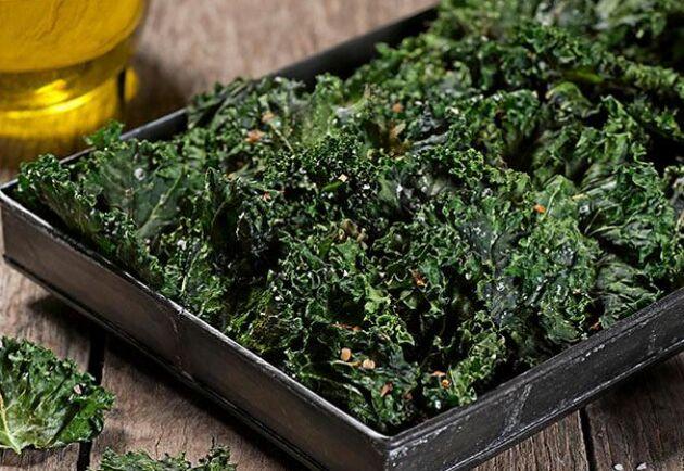 Grönkålschips är ett underbart gott och nyttigt snacks som är enkelt att göra själv.
