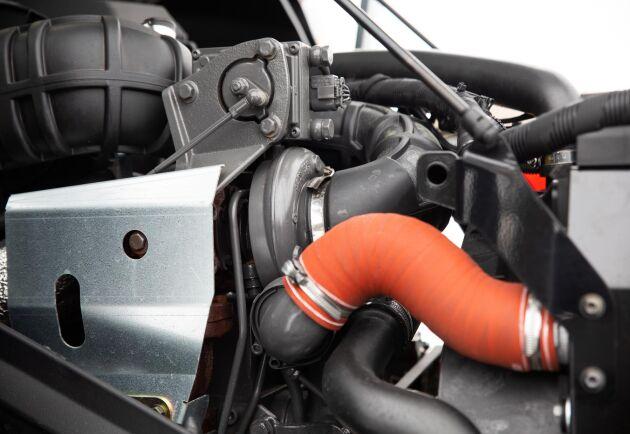 Turbo med Wastegate. All avgasefterbehandling är placerad under förarhyttens högra sida vilket frigör massor av utrymme i motorrummet.