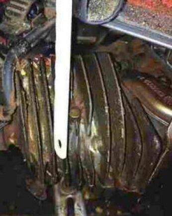 Kylfläns: Skrapa bort smuts och kåda från cylinderns kylflänsar så att deras kylfunktion upprätthålls. Blir cylindern överhettad kan metallen i cylindern svälla. Det kan i sin tur leda till att kolven kläms fast (cylindern varmnyper), vilket ger repor på både cylinder och kolv. – Då får man i värsta fall byta cylinder, kolv och kolvringar och det blir dyrt, säger Dan Månsson.
