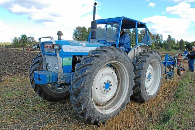 """County byggde traktorn så att fram- och bakhjul går lika fort. Det gör att framhjulen inte """"sprätter"""" loss utan följer med i samma hastighet."""