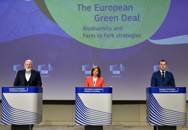 Frans Timmermans, vice ordförande i EU-kommissionen och ansvarig för den gröna given, Stella Kyriakides, EU-kommissionär med ansvar för bland annat livsmedelssäkerhet och Virginijus Sinkevicius, EU-kommissionär med ansvar för miljö, hav och fiske på presskonferensen.