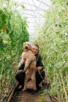 Hunden Valle följer med matte in i växthuset och överallt på gården.