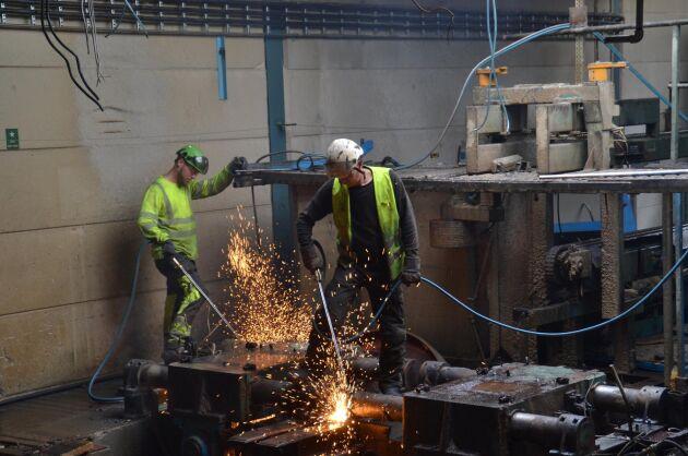 Nedmonteringen av den gamla klensåglinjen i Långasjö sågverk är i full gång.