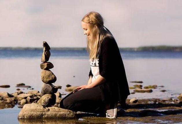 – Jag vet inte varifrån idén kommer, utan blev själv inspirerad för många år sen av en Michael Grab på instagram som balanserar stenar, säger Caroline.
