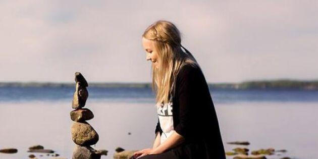 Caroline balanserar stenar och minskar sin stress